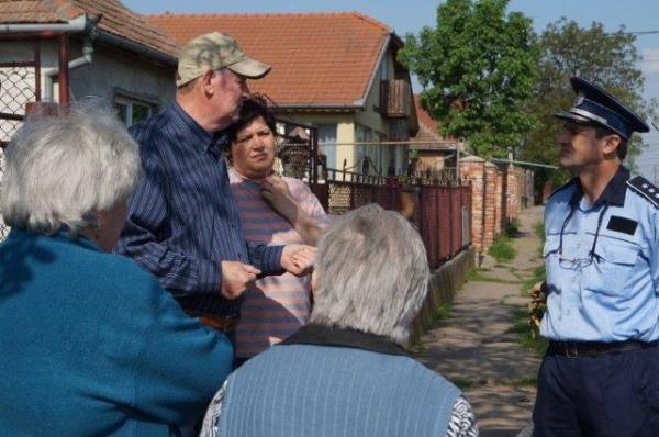 FOTO. Desfăşurare de forţe de ordine pentru vizita viceprimarului din Carei în cartierul rromilor şi împrejurimi