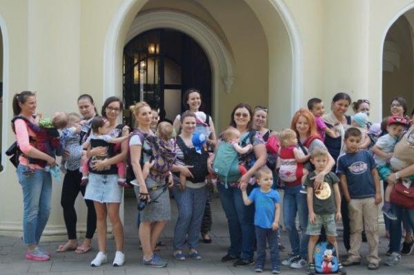 Reuniunea de la Carei a mămicilor cu marsupii ergonomice în Săptămâna Europeană a purtatului de bebeluşi