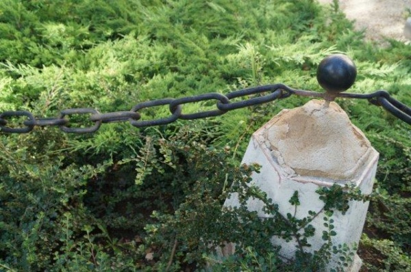 Dispare lanţul original ce împrejmuieşte Castelul din Carei