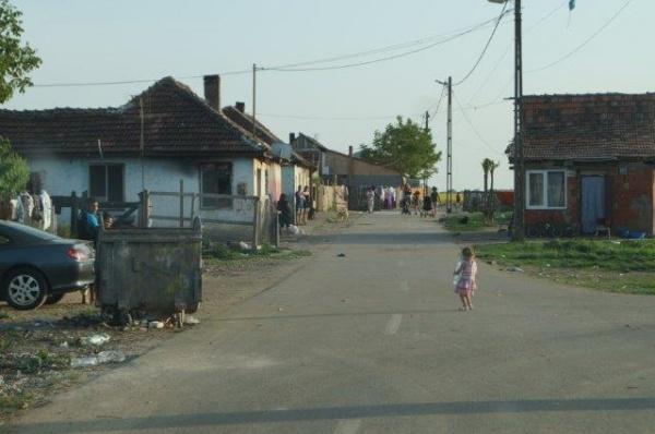 Cartier cu construcţii ilegale cu drum asfaltat de Primăria Carei