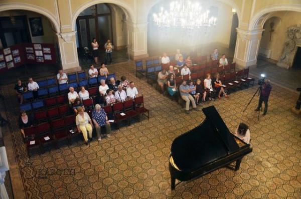 Ana Nedelcu oferă emoţionată şi o piesă de George Enescu