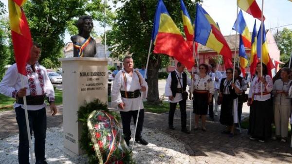 Moment omagial la bustul românului absolut Mihai Eminescu din Carei