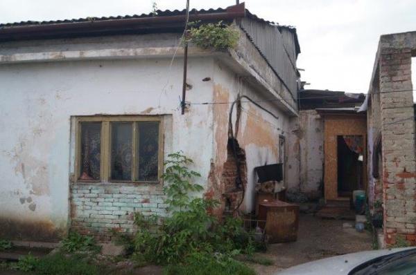 De 6 zile fără curent electric. De ani de zile fără sursă de apă la locuinţe sociale ale Primăriei Carei