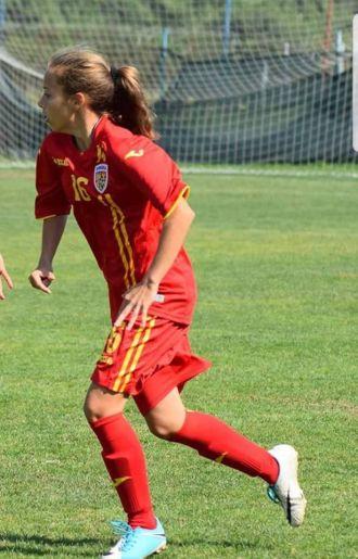 O careiancă în pregătire cu lotul naţional de fotbal juniori