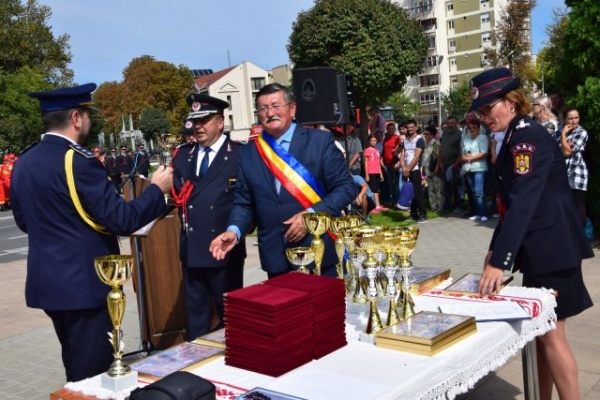 Primarul Kovacs  nu ştie cum se poartă eşarfa tricoloră