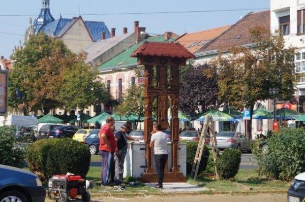 Troiţa românească din Satu Mare nu a mai fost ridicată pe soclu ci în faţa acestuia