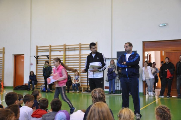 Câţiva profesori susţin practicarea handbalului la Carei