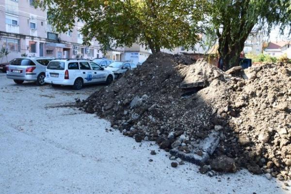Parcare din Carei îngropată de mormane de moloz