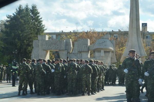 Repetiţiile de Ziua Armatei la Carei fără drapel naţional la Monumentul Ostaşului Român