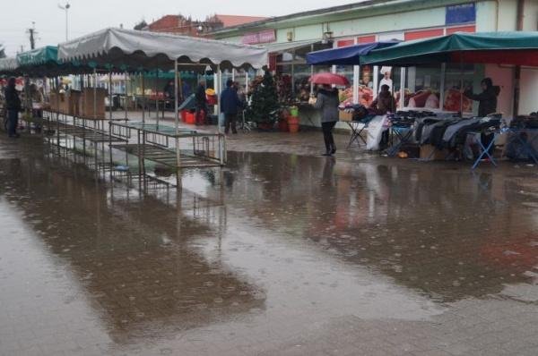 Ocoliţi intrarea principală de la Piaţa Carei! Plouă…