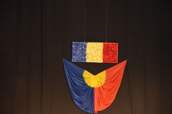 Tricolor din garoafe oferite de Marius Mold pentru spectacolul omagiu dedicat lui Vasile Lucaciu