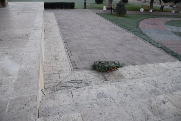 3 coroane aruncate de la Monumentul Ostaşului Român