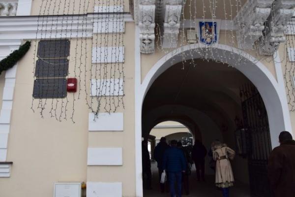 Conducerea judeţului Satu Mare intră in  corpore în clădirea Primăriei Carei cu plăci negre pe faţadă în locul celor oficiale cu tricolor