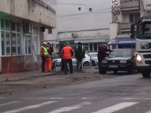 A început reparaţia trotuarelor deplorabile din centrul Careiului