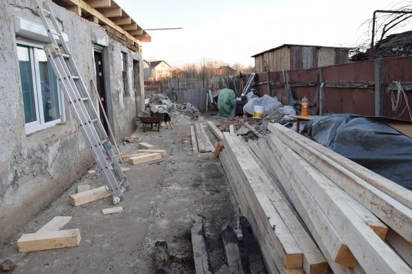 Este nevoie de voluntari și material lemnos pentru refacerea unui acoperiș