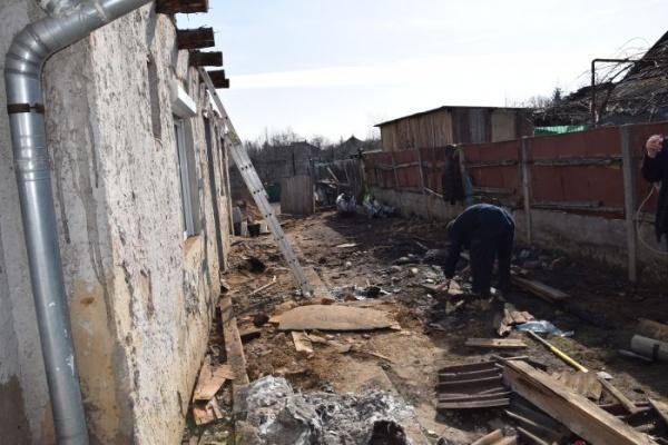 Este nevoie de voluntari pentru refacerea acoperișului casei arse