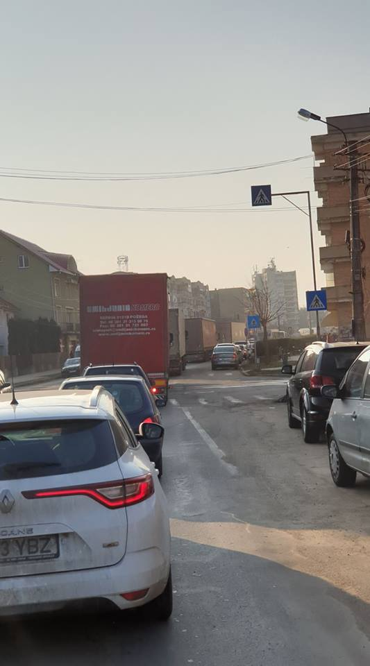 Coloană de camioane de mare tonaj prin centrul Careiului