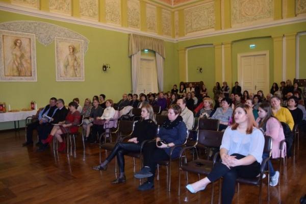 Lansare de carte semnată Otilia Marchiș în prezența angajaților din Primăria Carei. Dezinformările de pe pagina Primăriei