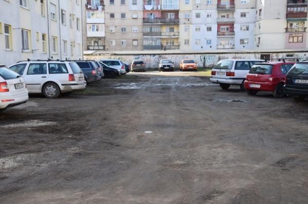Coșmar! Parcarea de la primul bloc ANL construit la Carei