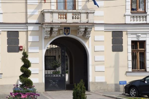 Fără reacție la lipsa însemnelor statului român de pe placa ,,oficială,, a  Primăriei Carei