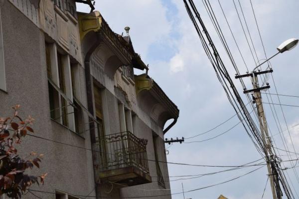 Atenție pietoni! Cad bucăți de ornamente de pe clădirile vechi