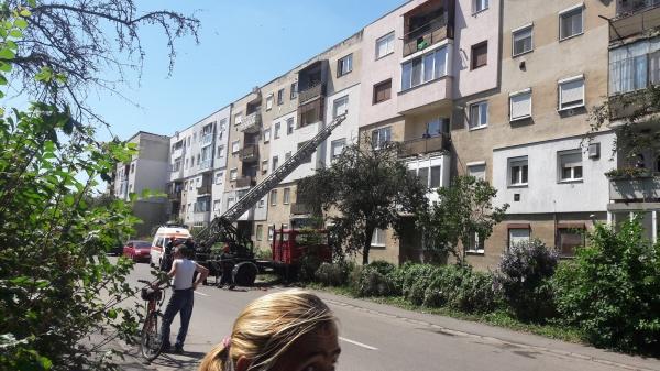 Bărbat decedat la Carei scos din apartament de pompieri