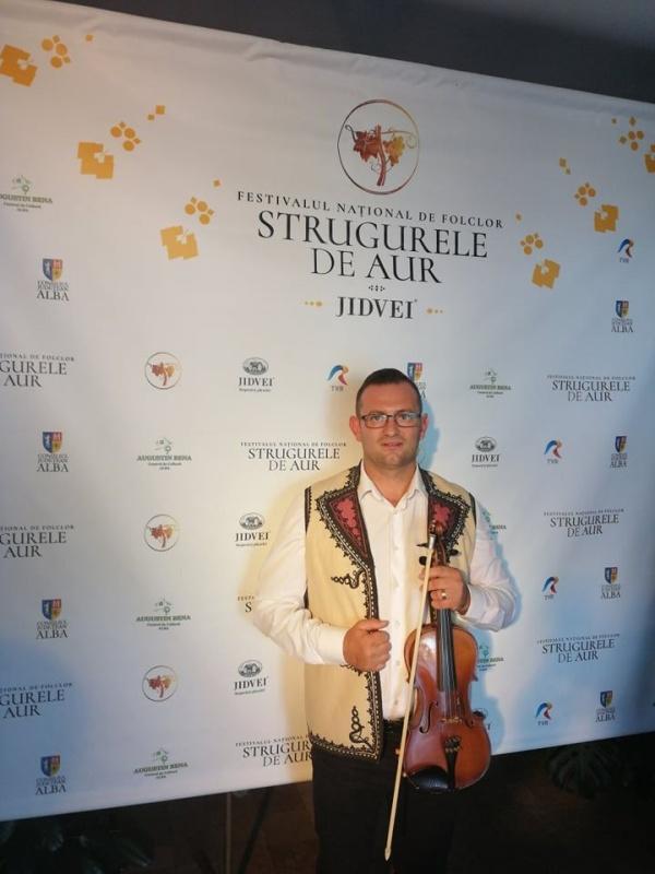 """Violonistul sătmărean – Ionuț Rotar în orchestra Festivalului Național de Folclor """"Strugurele de Aur"""" de la Alba Iulia"""