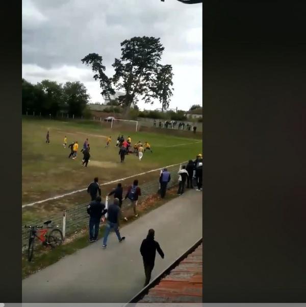 Scandal și violențe la meciul de fotbal Unirea Pişcolt – Viitorul Lucăceni. VIDEO