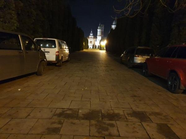 Ansamblul Monumentului Ostașului Român din Carei devine noaptea parcare