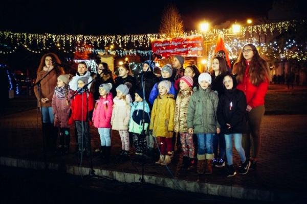 Concert de colinde cu Ansamblul Ceatăra și dans cu Magic Dance în a cincea zi a Târgului de Crăciun de la Carei