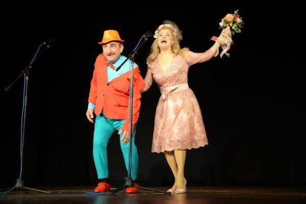 Aplauze la scenă deschisă pentru  umoriștii Vasile Muraru și Valentina Fătu la Teatrul Municipal Carei