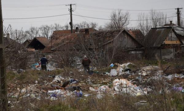 Gunoaiele se descarcă în continuare pe terenul de lângă Gara CFR. Noua groapă de gunoi a orașului s-a mutat la Gara CFR Carei?