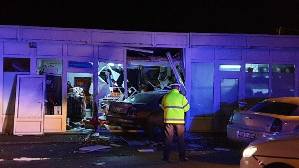 Accident la Carei. A intrat cu mașina până la tejghea….