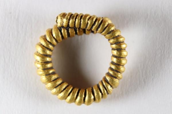 Cercel de aur din sec16 înainte de Hristos descoperit la Berveni