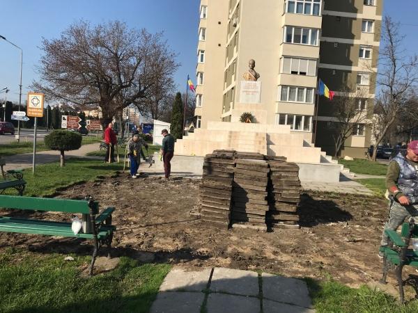 Lucrări de refacere a pavajului din jurul ansamblului monumental al Eroului Național Avram Iancu din Carei
