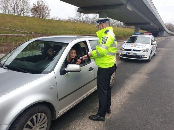 Polițiștii sătmăreni au oferit mărțișoare