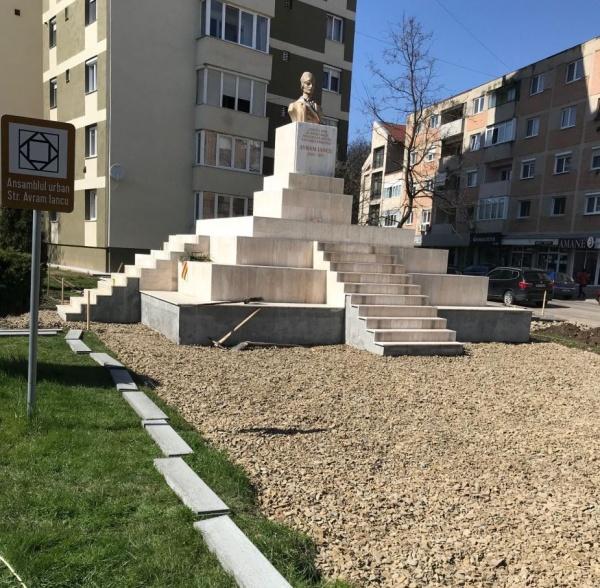 Continuă lucrările de refacere a pavajului din jurul Ansamblului Monumental Avram Iancu