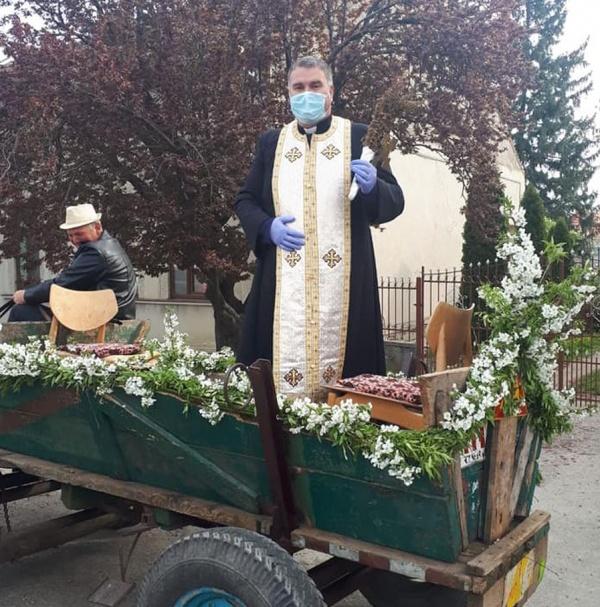 Preotul Lucian Cociorva a sfințit coșurile cu bucate de Paște dintr-o căruță împodobită cu flori