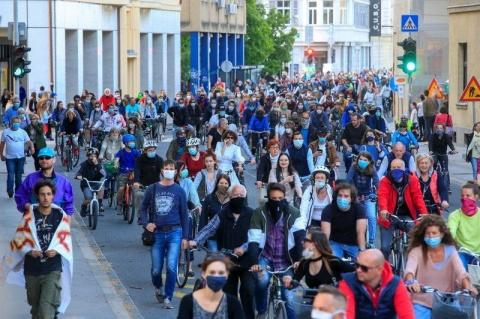 """Peste 10.000 de sloveni au ieșit în stradă la Ljublbljana strigând  """"Hoţii!"""" sau """"Jos guvernul!"""""""
