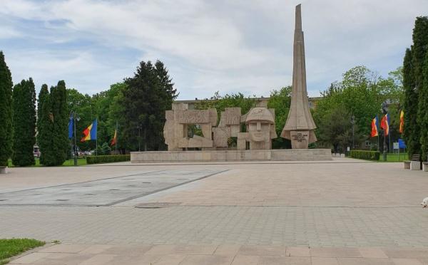 Nimeni nu e deranjat de steagurile tricolore de la Monumentul Ostașului Român din Carei dar liderii UDMR Carei din administrație nu aprobă oficial catargul cu tricolor