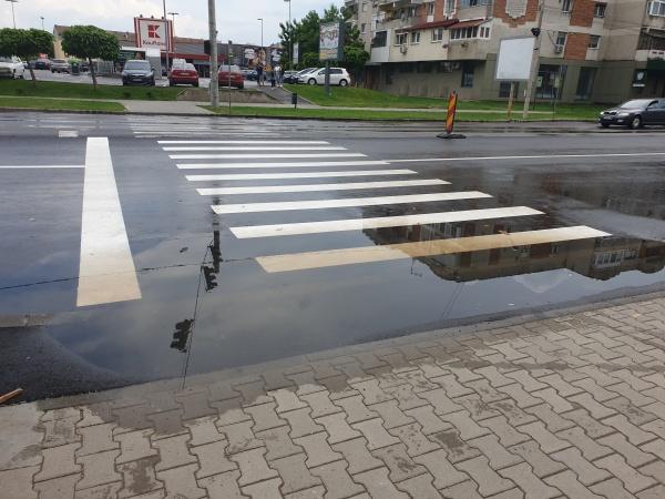 Băltește apa pe  trecerile de pietoni recent refăcute