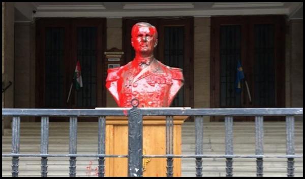 Bustul amiralului fără flotă Horty a fost stropit cu vopsea roșie la Budapesta