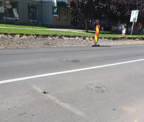 Careienii semnalează crăpături în asfaltul recent turnat. VIDEO