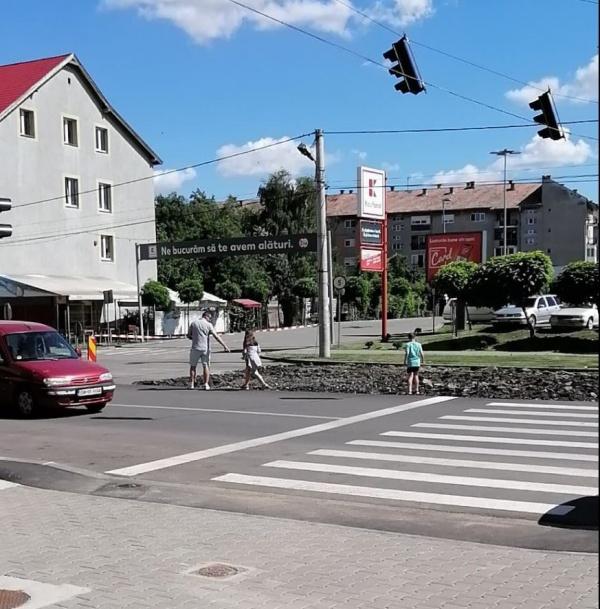 Pietoni și mașini deopotrivă  pe calea Mihai Viteazu din Carei