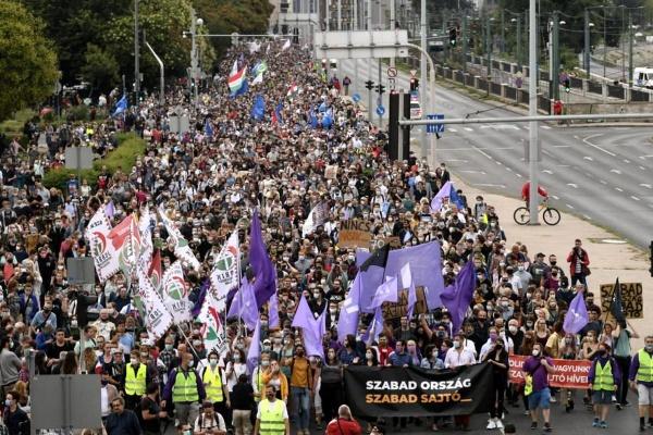 Mii de oameni au protestat la Budapesta împotriva atacurilor la libertatea presei