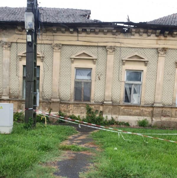 Carei. O altă clădire lăsată pradă degradării