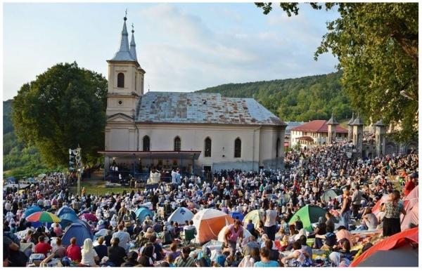 Fără procesiuni tradiționale în acest an la Mănăstirea Nicula și fără atingerea Icoanei Maicii Domnului
