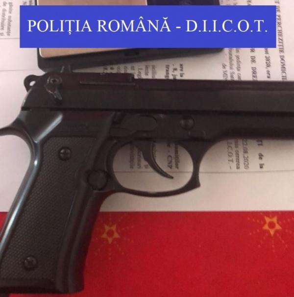 Cocaină și un pistol cu gaze ridicate de D.I.I.C.O.T.
