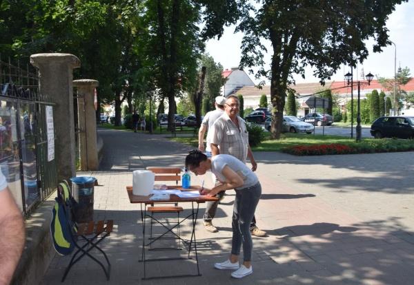 Premieră în România! Un primar se face că nu simte mirosul pestilențial din oraș de peste un an de zile dar pune localnicii să ia atitudine