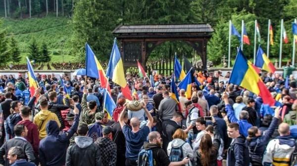 Dosarul Valea Uzului încă face valuri. Mii de români au fost așteptați cu lacăt  și lanțuri pe poarta cimitirului eroilor